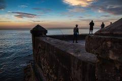 Grupo de pesca do amigo em Malecon, em Havana, Cuba Foto de Stock