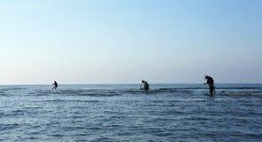 Grupo de pescadores na costa - praia de Venezia fotografia de stock