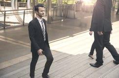 Grupo de pessoa do negócio que anda em escadas Por do sol maldivo Imagens de Stock