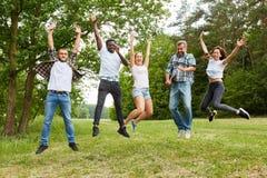 Grupo de pessoas ao saltar na natureza fotos de stock