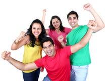 Grupo de pessoas asiático novo que olha a câmera, sorrindo e comemorando Fotos de Stock Royalty Free