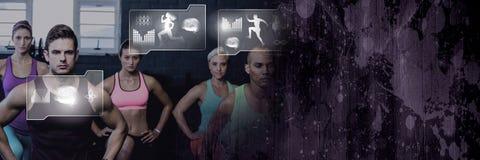 Grupo de pessoas atlético do ajuste no gym com relação da saúde foto de stock royalty free