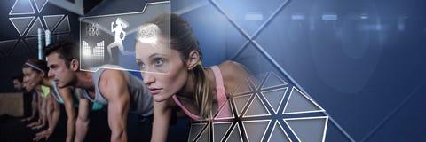 Grupo de pessoas atlético do ajuste no gym com relação da saúde fotografia de stock royalty free