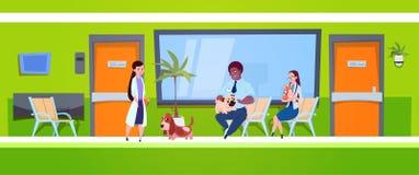 Grupo de pessoas com os cães que sentam-se na sala de espera no conceito da medicina veterinária da clínica do veterinário ilustração stock