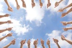 Grupo de pessoas com polegares acima fotos de stock
