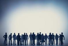Grupo de pessoas contra a luz branca fotografia de stock