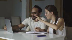Grupo de pessoas da raça misturada que discute ideias start-up vídeos de arquivo