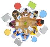 Grupo de pessoas diverso em torno da tabela ilustração stock