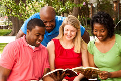 Grupo de pessoas diverso que fala e que lê fotos de stock royalty free