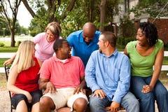 Grupo de pessoas diverso que fala e que ri imagem de stock royalty free