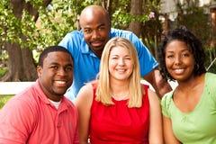Grupo de pessoas diverso que fala e que ri fotos de stock