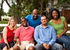 Grupo de pessoas diverso que fala e que ri fotos de stock royalty free