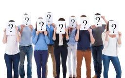 Grupo de pessoas diverso que guarda sinais da pergunta fotografia de stock royalty free