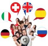 Grupo de pessoas e bolhas com bandeiras de países Foto de Stock Royalty Free