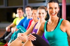Grupo de pessoas e instrutor no esticão do gym Foto de Stock Royalty Free