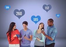 Grupo de pessoas em tabuletas e em telefones com gostos em ícones do coração fotografia de stock royalty free