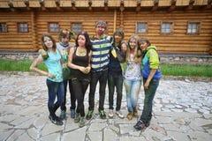 Grupo de pessoas em um fundo da construção de madeira foto de stock
