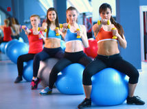 Grupo de pessoas em uma classe de Pilates no gym fotos de stock royalty free