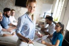 Grupo de pessoas feliz bem sucedido que aprende a tecnologia de programação e o negócio durante a apresentação imagens de stock