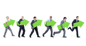 grupo de pessoas Mullti-étnico que anda e que guarda setas verdes Imagem de Stock