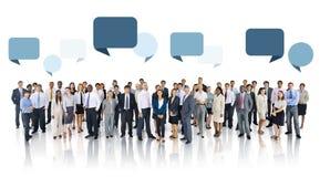 Grupo de pessoas multi-étnico com bolhas do discurso Foto de Stock