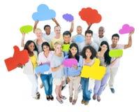 Grupo de pessoas multi-étnico com bolhas do discurso Imagens de Stock