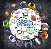 Grupo de pessoas multi-étnico com conceito da rede da nuvem ilustração do vetor