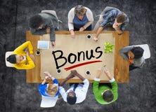 Grupo de pessoas multi-étnico que discute a faculdade criadora do bônus Imagem de Stock Royalty Free