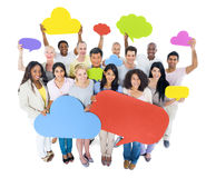 Grupo de pessoas multi-étnico que guarda bolhas do discurso Imagens de Stock Royalty Free