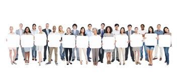 Grupo de pessoas Multi-étnico que guarda cartões vazios Imagens de Stock