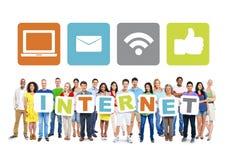Grupo de pessoas multi-étnico que guarda o Internet da palavra Fotos de Stock Royalty Free