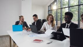 Grupo de pessoas multi-étnico que senta-se na tabela que tem a discussão de um problema com um negócio Executivos 11 vídeos de arquivo
