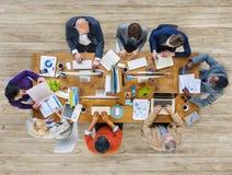 Grupo de pessoas Multi-étnico que trabalha junto fotografia de stock