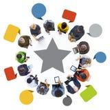 Grupo de pessoas multi-étnico que usa dispositivos de Digitas Foto de Stock