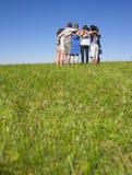 Grupo de pessoas na aproximação no campo Foto de Stock Royalty Free