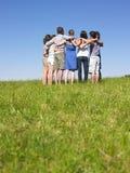 Grupo de pessoas na aproximação no campo fotografia de stock