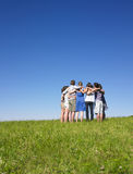 Grupo de pessoas na aproximação no campo Fotos de Stock Royalty Free