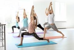 Grupo de pessoas na ioga praticando do sportswear fotografia de stock