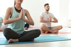 Grupo de pessoas na ioga praticando do sportswear fotos de stock