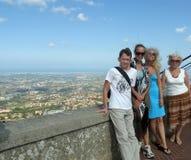 Grupo de pessoas na plataforma de observação Imagens de Stock Royalty Free