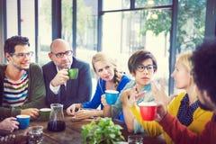 Grupo de pessoas na ruptura de café imagens de stock royalty free