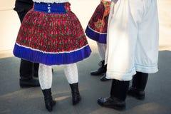 Grupo de pessoas anônimo em trajes do folclore Fotografia de Stock Royalty Free
