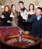 Grupo de pessoas no casino fotografia de stock