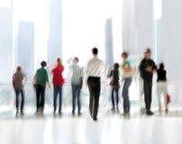Grupo de pessoas no centro de negócios da entrada fotografia de stock