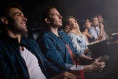 Grupo de pessoas no filme de observação do teatro fotografia de stock royalty free