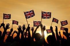 Grupo de pessoas que acena bandeiras BRITÂNICAS fotografia de stock royalty free