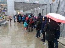 Grupo de pessoas que alinha na frente do centro da descoberta Fotos de Stock Royalty Free