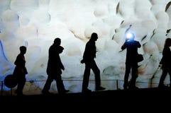 Grupo de pessoas que anda dentro da caverna bonita. Fotos de Stock Royalty Free
