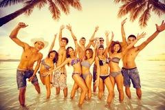 Grupo de pessoas que aprecia no partido da praia Fotografia de Stock Royalty Free
