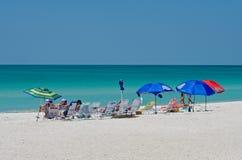 Grupo de pessoas que aprecia a praia fotos de stock